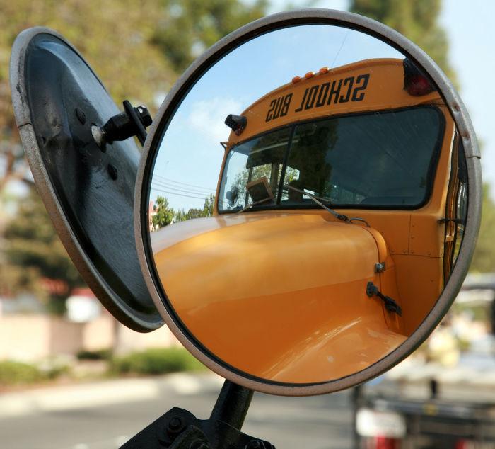 As imagens dos espelhos convexos são direitas e não podem ser projetadas, portanto, são chamadas de imagens virtuais.