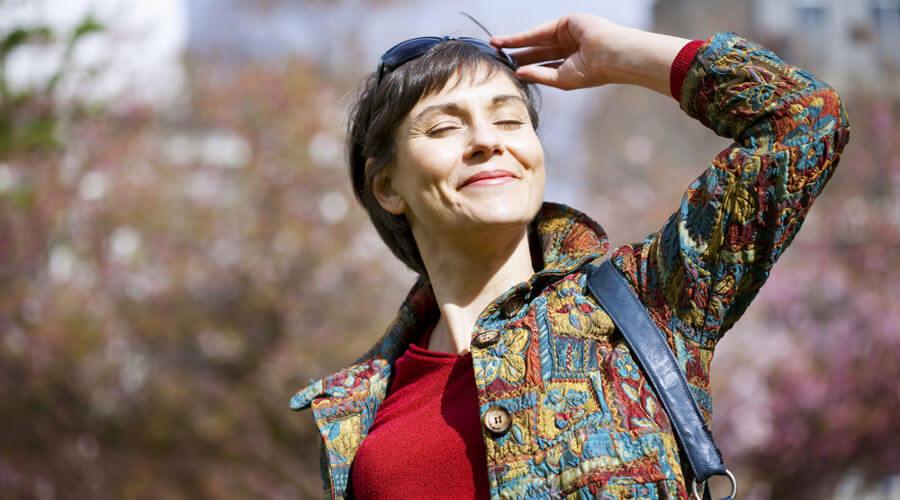 Expor-se à luz solar é fundamental para aumentar os níveis de vitamina D.