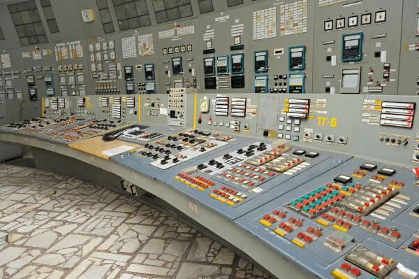 Painel de uma típica usina nuclear soviética da década de 1980.*