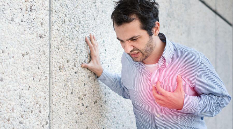 Para identificar um infarto, analisa-se os sintomas, juntamente com alguns exames, como o eletrocardiograma.