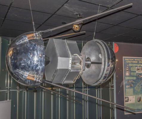 Em 4 de outubro de 1957, os soviéticos enviaram o Sputnik 1, o primeiro satélite artificial em órbita terrestre.*