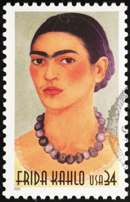 Frida Kahlo é um exemplo de mulher que lutou contra as injustiças de gênero de sua época, questionando normas morais da sociedade onde estava inserida.
