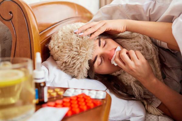 A gripe lembra muito um resfriado, entretanto, nos resfriados, a febre não é comum e o agente causador não é o vírus Influenza.