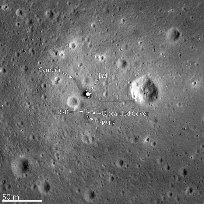 As lentes da LRO permitiram que o local da primeira alunissagem (pouso na Lua) fosse fotografada a 25 km de altura. (Créditos da imagem: Nasa)