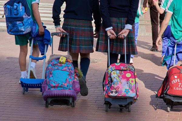 As mochilas com rodinha são uma alternativa para evitar a sobrecarga gerada por grande quantidade de material escolar.