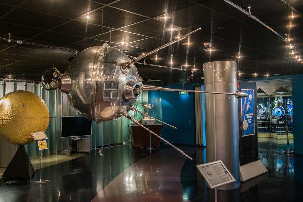 O lançamento do satélite Sputnik 1 pelos soviéticos inaugurou a corrida espacial (1957-1975).*