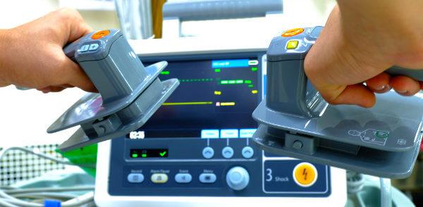 O desfibrilador é um equipamento usado em casos de parada cardiorrespiratória.