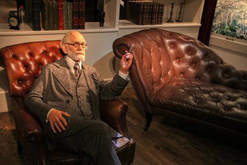 Sigmund Freud e seu divã, representados no Museu Madame Tussauds de Londres. [3]