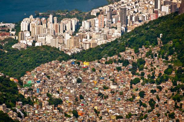 A favela Rocinha, localizada no Rio de Janeiro, é a maior favela do Brasil.