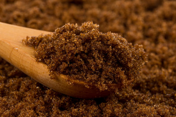 O açúcar mascavo não passa por processos de branqueamento, por isso apresenta aspecto mais escuro.