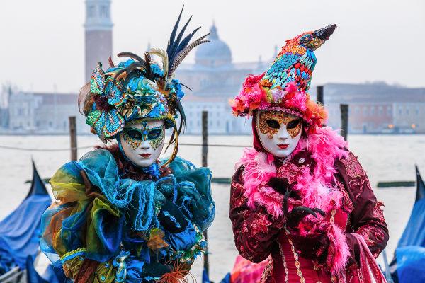 O carnaval, festival de origem pagã, e tão comemorado no Brasil, é também visto na tradição europeia, como é o caso do Festival de Veneza.