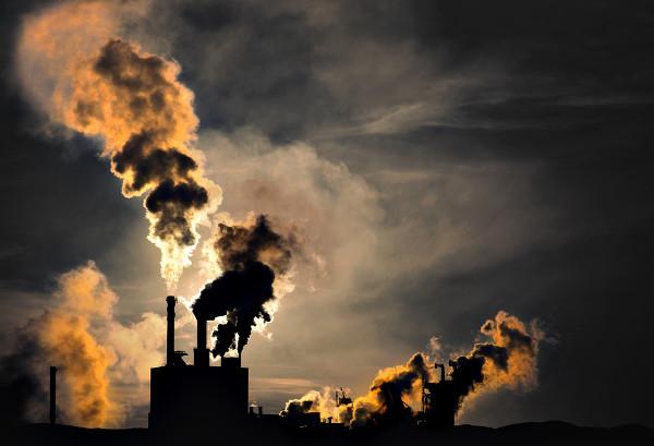 O dióxido de enxofre é um gás emitido a partir da queima de combustíveis fósseis.