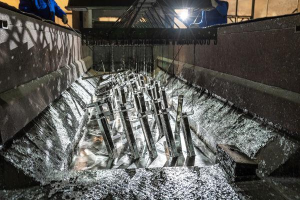 Processo de galvanização de estruturas metálicas em banho de zinco.