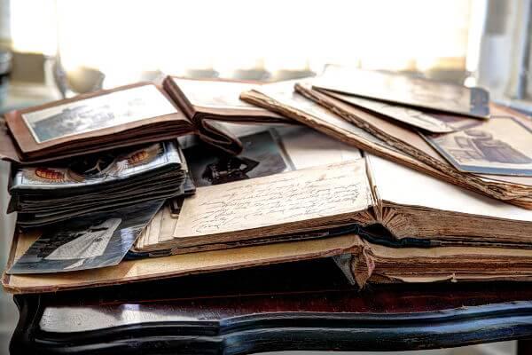 A memória é uma reconstrução do passado sem o trabalho crítico do historiador e é feita para atender interesses específicos.