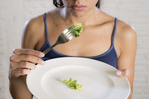 Na anorexia nervosa, o indivíduo possui práticas de alimentação inadequadas a fim de garantir a perda de peso.