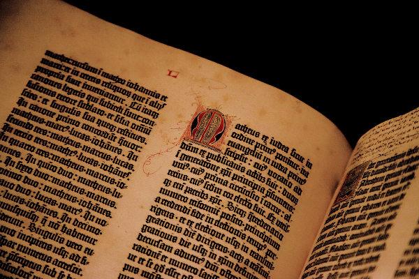 Primeiro livro impresso no mundo foi a Bíblia, por Gutenberg. [2]