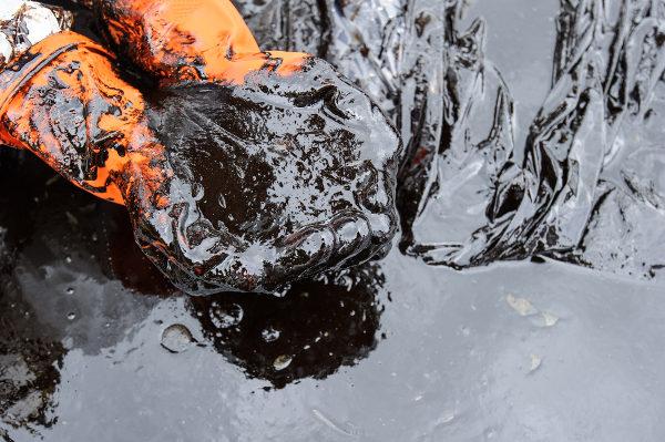 A retirada de petróleo nem sempre é fácil.