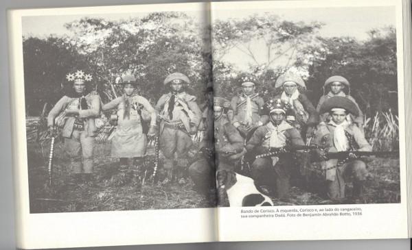Bado de corisco, á esquerda corisco, e ao lado do cangaceiro, sua companheira  Dadá. Foto de Benjamin Abrahao Botto,  1936.