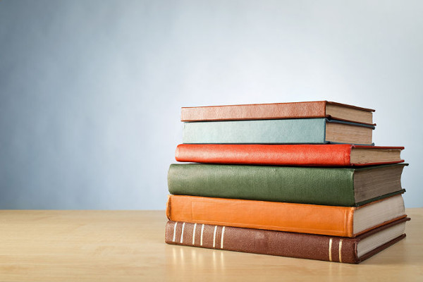 Os livros sobre a mesa comprimem-na com seu peso, e mesa reage aplicando-lhes uma força normal.
