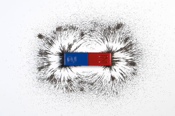 O campo magnético atribui aos ímãs a capacidade de atraírem-se ou repelirem-se