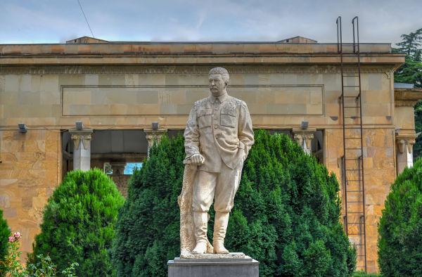 Estátua em homenagem a Stalin construída em sua cidade natal, Gori, na Geórgia.