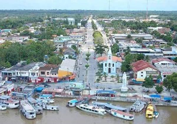 Imagem 01- Foto retirada da frente de Breves, mostrando a frente da cidade, parte do Rio Parauaú e embarcações, em 2014. Imagem pertencente à Anazildo da Gama Almeida.