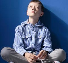Criança sentada isolada