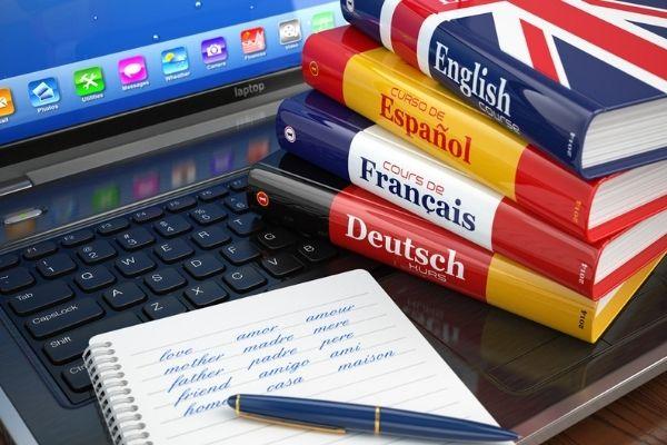 É possível aprender idiomas por aplicativos, sites e vídeos